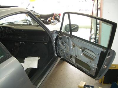ポルシェ964カレラ2の窓の修理です。
