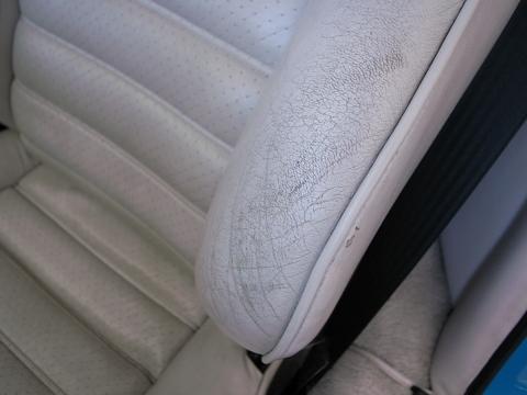 汚れたポルシェのシートを新車の様に綺麗にしました。
